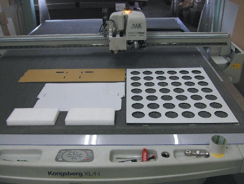 〈カッティングマシン〉CADで作成した図面をそのまま製造!! 材料もダンボール、スポンジ、プラダン、硬質塩ビ等、小ロットで製造可能!!