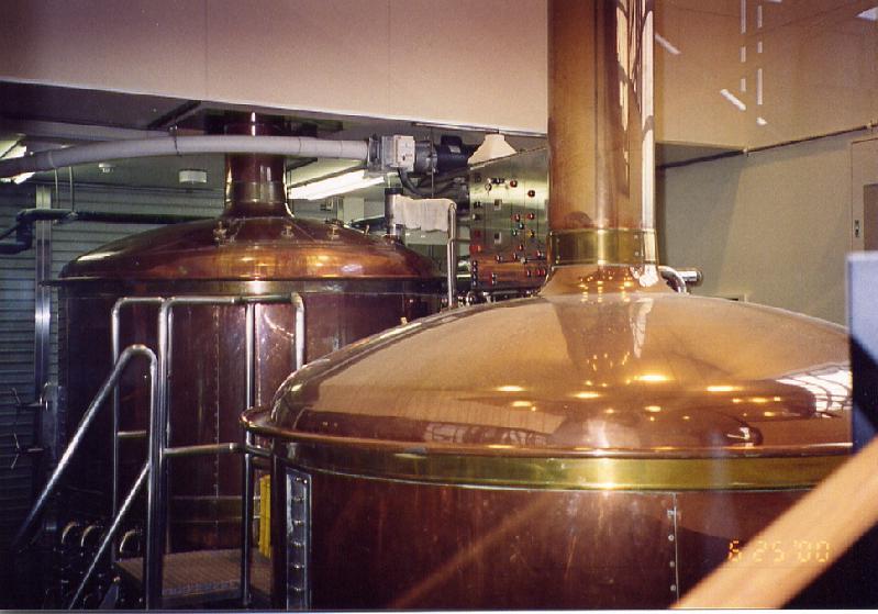 地域特産品を使用した限定品を含め年間10種以上のビールを全社員7名ほどで醸造・販売。(松江堀川・地ビール館内)
